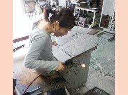 ガラス工房 仏具 制作風景 かわいい仏具 Bee-S 住吉育代 手作り仏具 ガラス仏具 自分で作る仏具